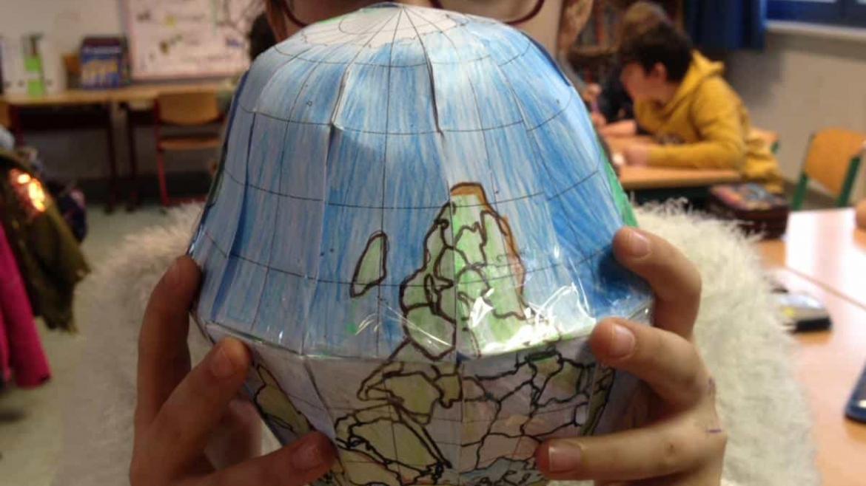 Die 4b bastelt einen Globus