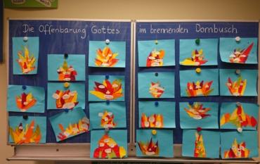 Die Kinder der Klasse 4 arbeiten im Religionsunterricht zum Thema Mose. Die Offenbarung Gottes im brennenden Dornbusch wurde künstlerisch umgesetzt.