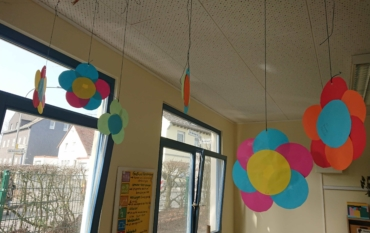 Abschlussprojekt zum Thema Zirkel: Die Kinder der Klasse 4b zeichnen mit dem Zirkel bunte Blumen