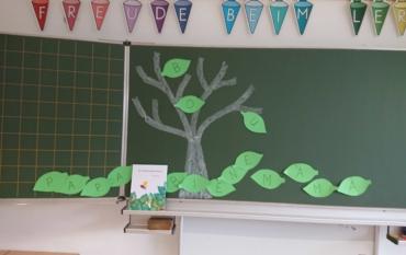 Die Bienen der 1b lesen das Bilderbuch: Der Buchstabenbaum von Leo Lionni und schreiben Wörter!